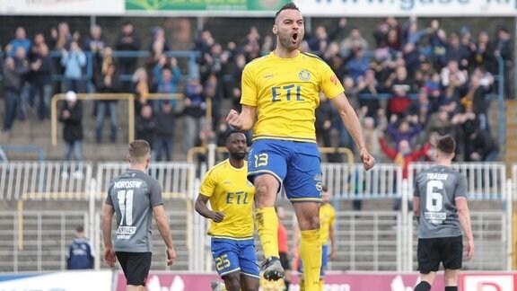 Spieler Djamal Ziane, Lok, jubelt über seinen Treffer.