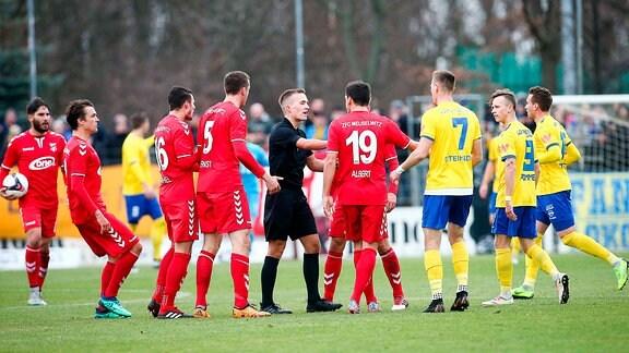 ZFC Meuselwitz - 1. FC Lokomotive Leipzig , Im Bild: Rudelbildung auf dem Spielfeld um Schiedsrichter Johannes Schipke.