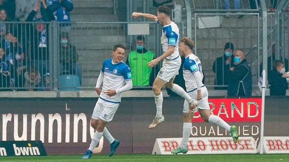 v.li.: Alexander Bittroff (FCM, 24), Florian Kath (FCM, 18), Connor Krempicki (FCM, 13), Jubel nach dem Tor zum 1:0