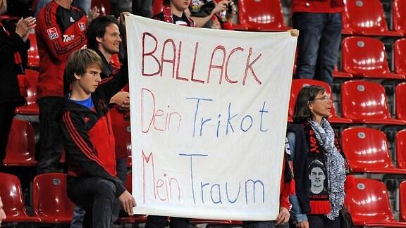 Fans mit einem Plakat mit der Aufschrift Ballack Dein Trikot mein Traum