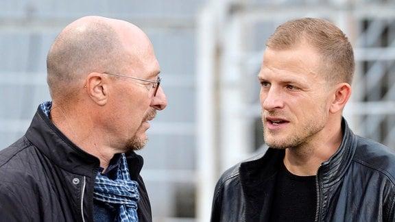 Wolfgang Wolf (Sportdirektor Lok Leipzig, li.) im Gespräch mit Nicky Adler