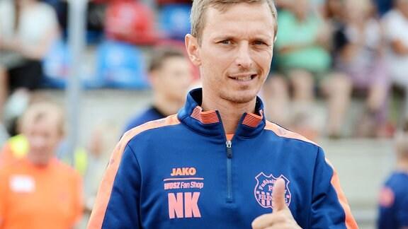 Nico Knaubel, Trainer FC Eilenburg, mit erhobenem Daumen.
