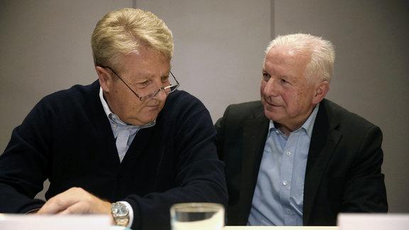 Reenald Koch (NFV) und Erwin Bugar ( NOFV) sitzen nebeneinander.