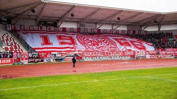 Erfurter Ultras machen nach der Abmeldung des Spielbetrieb nochmal eine Choreographie in der Südkurve , Dabei brennen die Fans auch Pyrotechnik ab.