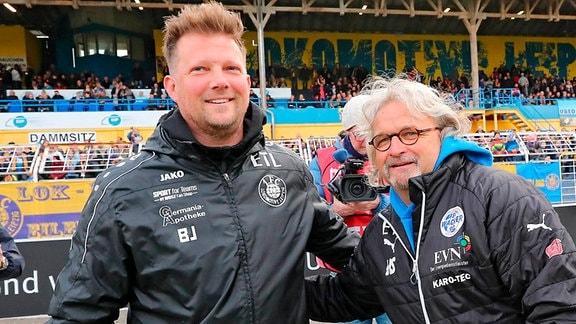 1.FC Lokomotive Leipzig vs. FSV Wacker 90 Nordhausen. , Im Bild v.l.: Trainer Björn Joppe (Lok, Teamchef) begrüßt Trainer Heiko Scholz ( Nordhausen).