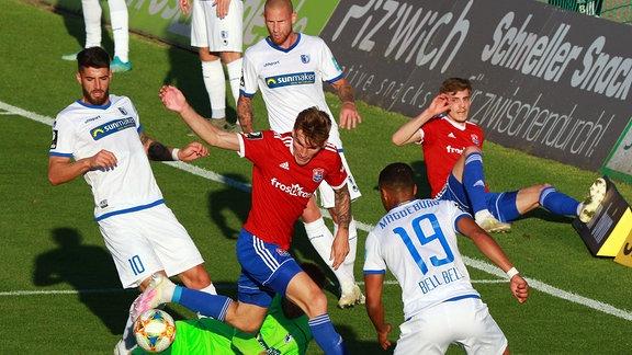Niclas Stierlin, rot SpVgg Unterhaching, scheitert am Torwart Morten Behrens