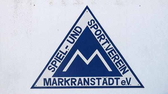 Emblem des SSV Markranstädt an der Tribünenmauer.