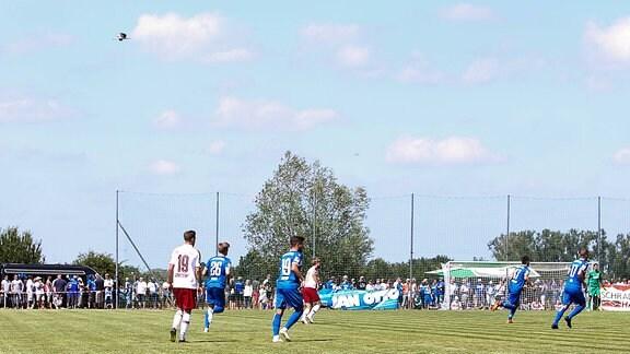 Testspiel des 1. FC Magdeburg gegen den FC Energie Cottbus auf dem Sportplatz am Anger in Barleben