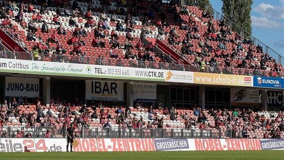 Zuschauer im Stadion der Freundschaft - Fußball in der Pandemie