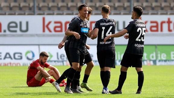 Die Spieler des SV Lichtenberg 47 feiern den Sieg