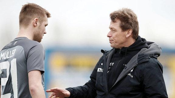 Philipp Müller (21, Auerbach) und Cheftrainer Sven Köhler.
