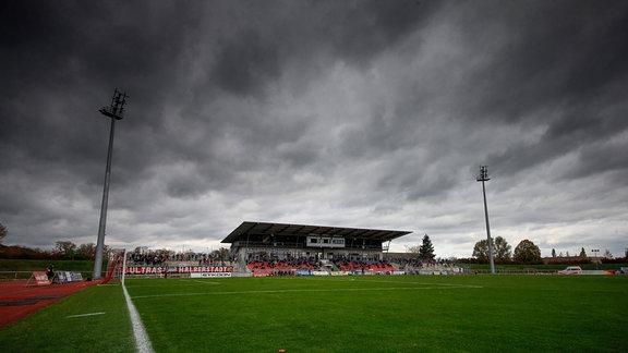 Dunkle Wolken über Fußballplatz