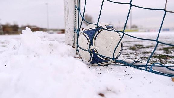 Ball im Schnee.