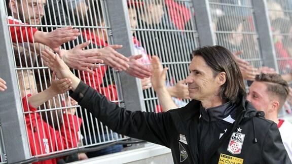 Trainer Thomas Brdaric (Erfurt) bedankt sich nach dem Spiel bei den Fans.