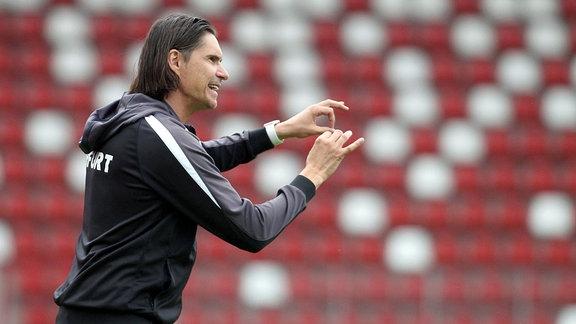 Trainer Thomas Brdaric (Erfurt) gibt Anweisungen und macht Zeichen mit seinen Händen.