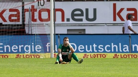 Tim Stawecki Energie Cottbus,  sitzt enttäuscht nach dem Spiel auf dem rasen im Stadion Fussball Regionalliga Nordost 2020/2021 FC Energie Cottbus - Sv Lichtenberg