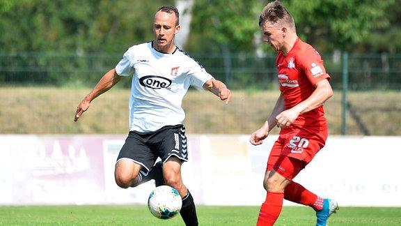 Timo Mauer (ZFC Meuselwitz) im Zweikampf um den Ball mit Danilo Martschinkowski