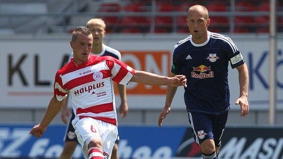 Regionalliga Nord, Hallescher FC vs. RasenBallsport Leipzig , Toni Lindenhahn (li., Halle) gegen Timo Rost (re., RBL)