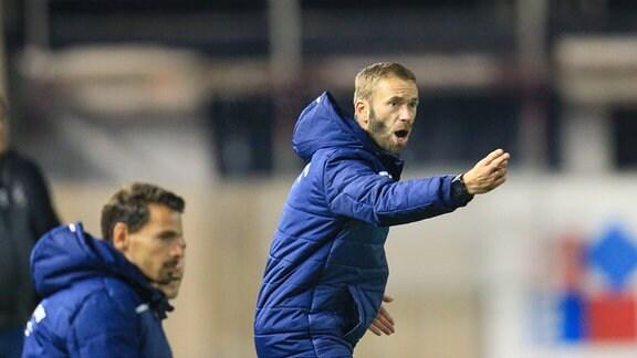Trainer Andreas Patz (FC Carl Zeiss Jena) gestikuliert.