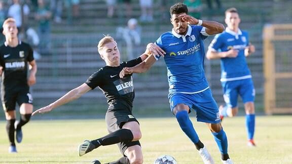 Valentino Schubert (Leipzig) und Tarek Chahed (Magdeburg, 24) im Zweikampf um den Ball.