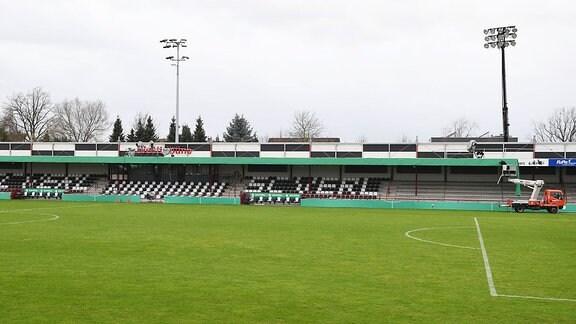 SC Verl - 1. FC Union Berlin, die Sportclub Arena einen Tag vor dem Spiel, die Werbebanden werden überklebt