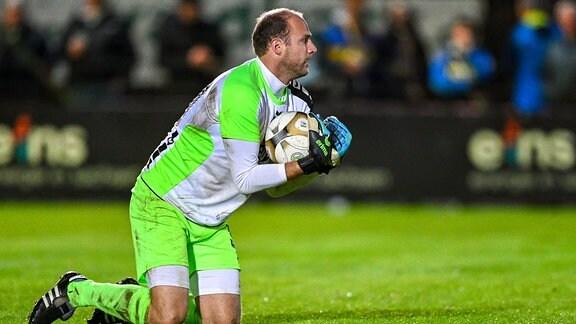 Stefan Schmidt Torwart, VfB Auerbach, 30 hat den Ball sicher.