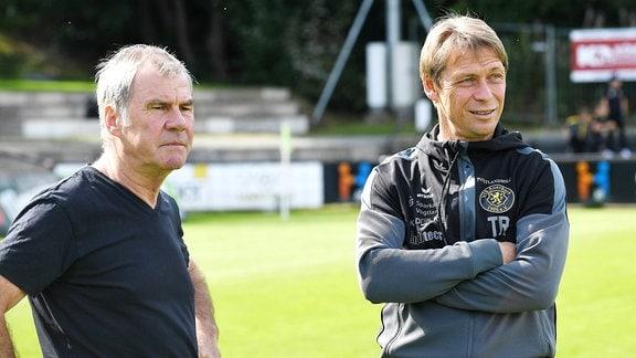 Volkhardt Kramer Manager VfB Auerbach li. und Sven Köhler Trainer VfB Auerbach im Gespräch