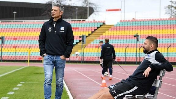 Trainer Karsten Heine VSG Altglienicke, Co-Trainer Torsten Mattuschka VSG Altglienicke auf der Bank