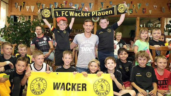 Dynamo Dresdens Mittelfeldspieler Chris Löwe kickte bis zur C-Jugend bei Wacker Plauen. Danach führt es ihn über Chemnitz und Dortmund bis in die englische Premier League.