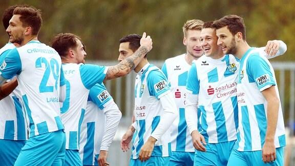 Tor für Chemnitz, Torjubel nach dem Treffer zum 0:1 durch Torschütze Daniel Frahn (2.v.l., 11, Chemnitz) umarmt Dejan Bozic (33, Chemnitz).
