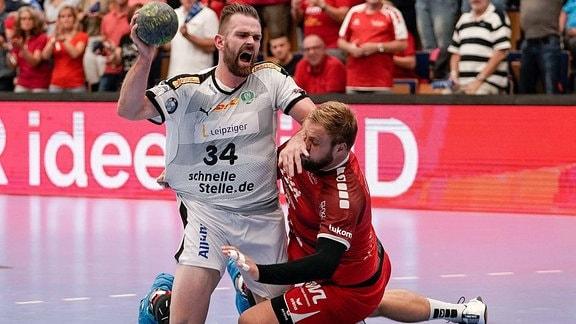 Der Spieler Alan Milosevic im Zweikampf während eines Handballspiels.