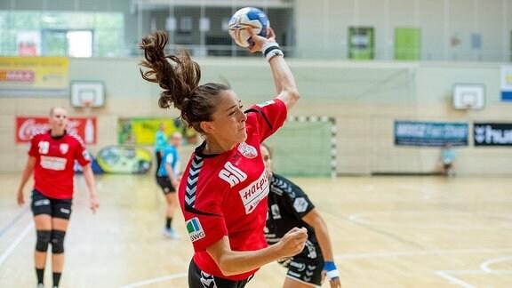 Alexandra Mazzucco von SV Union Halle beim Torwurf