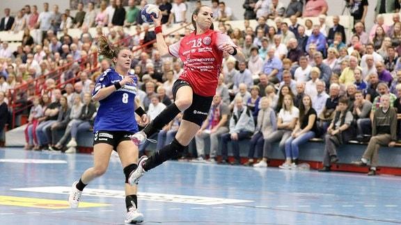 Iveta Luzumova (Thüringer HC 18) frei vorm Tor vorbei an Tessa van Zijl (HSG Blomberg-Lippe 8).