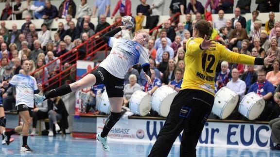 Meike Schmelzer, Thüringer HC, gegen Anna Monz Kühn, HSG Blomberg Lippe