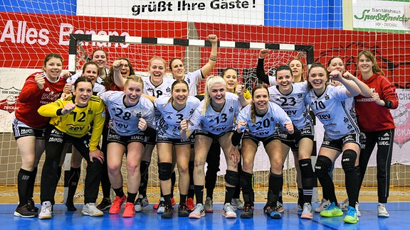 Mannschaft des BSV Sachsen Zwickau bejubelt den Sieg