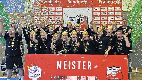 Die Mannschaft des BSV Sachsen Zwickau jubelt über den Aufstieg in die erste Bundesliga.