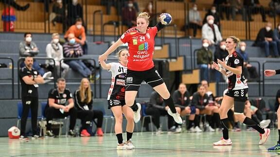 Helena Mikkelsen wirft