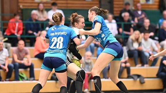 Buxtehuder Sportverein haben die Spielerin von BSV Sachsen Zwickau im Griff