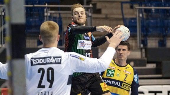 Daniel Pettersson, SC Magdeburg, springt hoch zum werfen.