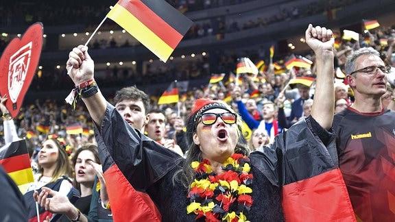Jubelnde deutsche Handball-Fans in Köln