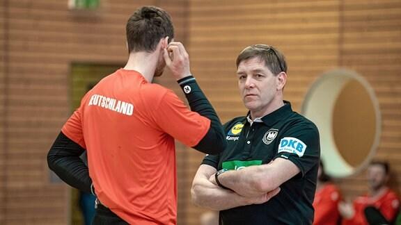 Bundestrainer Alfred Gislason in Einzelgesprächen mit den Spielern.
