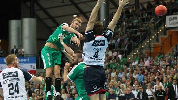 Spielszenen aus dem Spiel SC DHfK Leipzig gegen Flensburg
