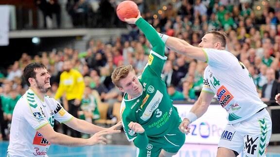 Franz Semper (DHfK 3) gegen Jacob Bagersted (Goeppingen 14) beim Spiel SC DHfK Leipzig vs Frisch Auf Goeppingen.