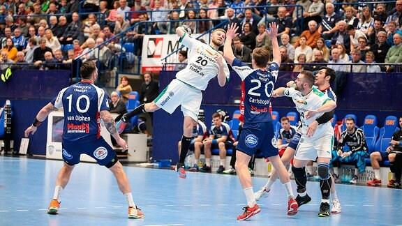 Philipp Weber (SC DHfK Leipzig 20) gegen v.l. Fabian van Olphen (TBV Lemgo Lippe 10), Jonathan Carlsbogard (TBVhsg wet Lemgo Lippe 20), TBV Lemgo Lippe vs SC DHfK Leipzig.
