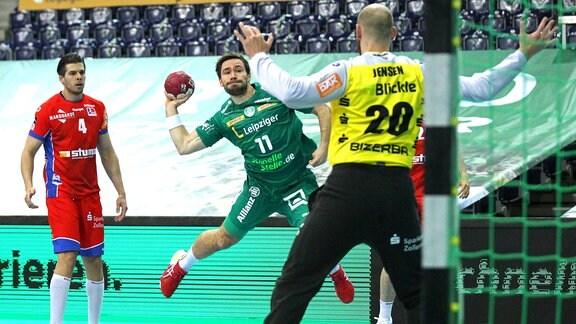 Lukas Binder wirft gegen Torwart Mike Jensen