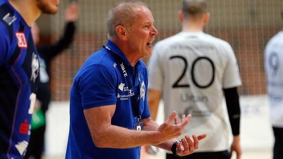 Uwe Jungandreas (Dessau, Trainer) gibt Anweisungen