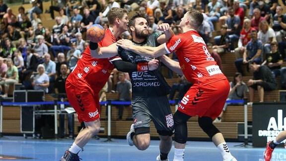 Viktor Glatthard (Essen, 6) (v.l. ), Sebastian Gress (Dresden, 25) und Tim Rozman (Essen, 8) beim Spiel.