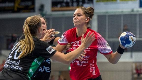 v.l.Jemy Behrend 20(VfLOldenburg) und Emily Bölk 20(Thueringer HC )
