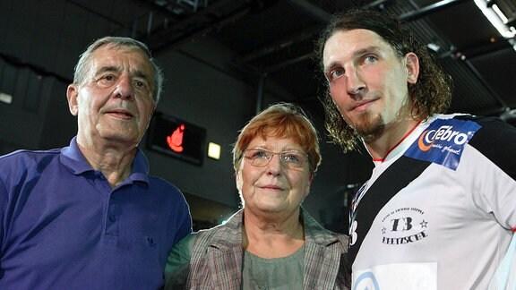 Stefan Kretzschmar (SC Magdeburg) mit Vater Peter und Mutter Waltraud am Rande seines Abschiedspiels.