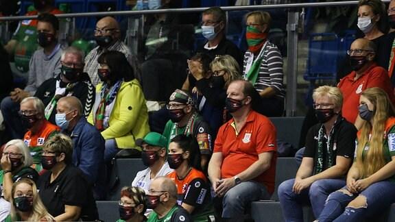Blick auf die Fans und Zuschauer mit Mundschutz